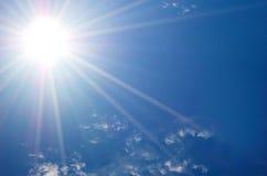 Zon en blauwe hemel Stock Afbeeldingen