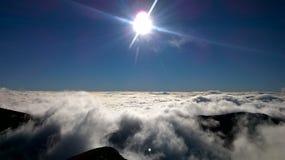 Zon en dageraadhemel en bergen met aard en soltstice Stock Foto's