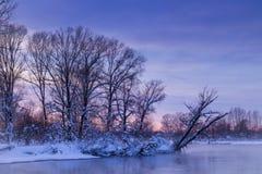 Zon en hemelprestaties Kleuren van de winterzonsondergang royalty-vrije stock afbeelding