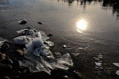 Zon en ijs op de winterrivier Royalty-vrije Stock Foto