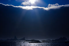 Zon en ijsbergen stock afbeelding