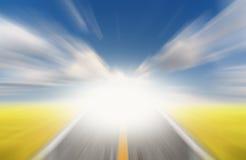 Zon en weg met het onduidelijke beeld van de snelheidsmotie Stock Foto