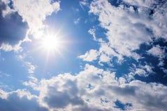 Zon en wolken Royalty-vrije Stock Foto's