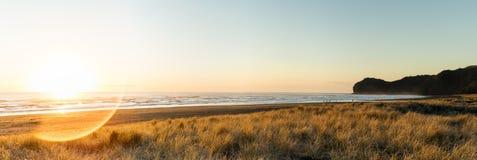 Zon geflakkerd strand Stock Foto's