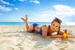 Zon gekuste schoonheid vrouw in swimwear op de kust Stock Foto's