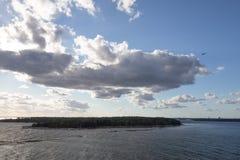 Zon het breken door wolken over water royalty-vrije stock afbeeldingen