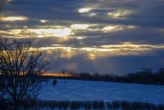 Zon het een hoogtepunt bereiken door wolken op een noordpool koude dag royalty-vrije stock afbeelding
