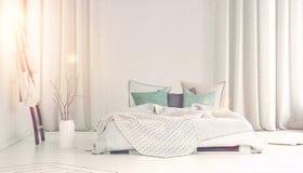 Zon het gieten in slaapkamer met lange witte gordijnen Stock Fotografie