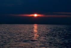 Zon het plaatsen van de blauwe wateren van de Straat van Bosporus royalty-vrije stock afbeelding
