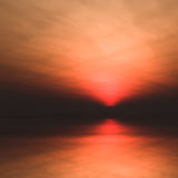 Zon laag in horizon over water stock illustratie