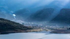 Zon lichte stralen in een mistige ochtend bij Aposelemis-dam stock afbeeldingen