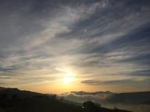 Zon met mist wordt geplaatst die stock foto's