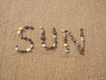 Zon met stenen die en shells wordt geschreven Royalty-vrije Stock Fotografie