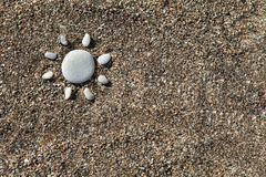 Zon met stenen op zand wordt gemaakt dat Royalty-vrije Stock Foto