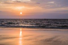Zon met strand Stock Afbeelding