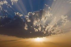 Zon onder de wolken Stock Afbeeldingen