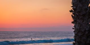 Zon onderaan Kleuren de Hemel en de Oceaan stock afbeelding