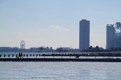 Zon ongeveer over de horizon en een bevroren Meer Michigan te plaatsen van Chicago Stock Afbeeldingen