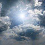 Zon op blauwe hemel stock fotografie