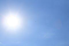 Zon op blauwe hemel vector illustratie