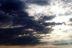Zon op hemel en donkere onweerswolken Royalty-vrije Stock Afbeelding