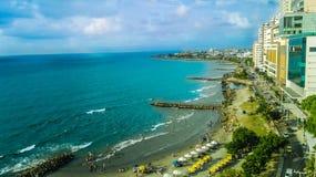 Zon op het perfecte blauwe strand stock afbeelding