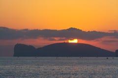 Zon over Capo Caccia bij zonsondergang Stock Afbeeldingen