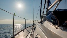 Zon over het varende jacht stock afbeelding