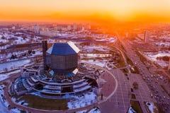 Zon over hoofdstad Cityscape van Minsk antenne Nationale Bibliotheek van Wit-Rusland stock foto