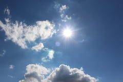 Zon, over wolken, en een verse blauwe hemel Royalty-vrije Stock Foto's