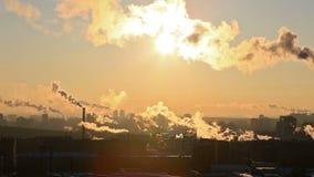 Zon in rook Ekaterinburg, Rusland stock video