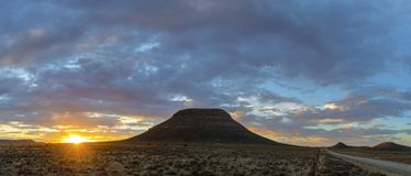 Zon startburst bij zonsondergang Stock Foto