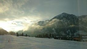 Zon tussen Bergen Royalty-vrije Stock Foto's