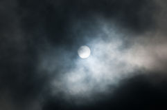 Zon tussen wolken Royalty-vrije Stock Foto's