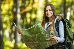 Zon van de de kaartrugzak van het toeristenmeisje de Bos stock afbeelding