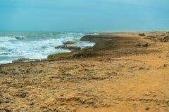 Zon van de zomertijd op hemel en zand van strand, landschap stock foto