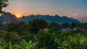 Zon in Vang Vieng wordt geplaatst die stock fotografie