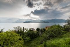 Zon, wolken, vegetatie. Stock Afbeelding