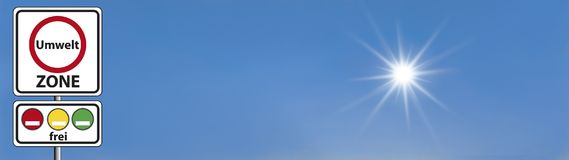 Zona alemão do ambiente do sinal de rua - com céu e Sun Fotografia de Stock