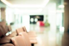 Zona aspettante in ospedale, uso delle sedie Blurred come fondo Immagini Stock