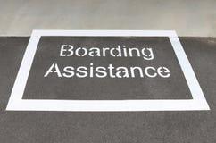 'Zona blanca de la ayuda del embarque' en una plataforma de la estación de tren Fotos de archivo