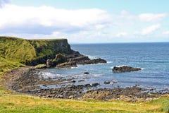 Zona costera cerca del terraplén y de los acantilados, Irlanda del Norte de Giants Fotografía de archivo