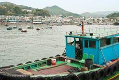 Zona costera con los barcos de pesca en la isla de Lamma, Hong Kong Fotografía de archivo libre de regalías