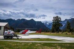Zona de aterrizaje con el helicóptero en montañas fotos de archivo