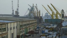 Zona de carga do recipiente, porto de Conakry, Guiné video estoque