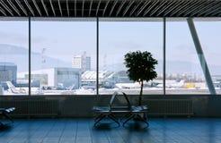 Zona de espera de la terminal de aeropuerto imágenes de archivo libres de regalías