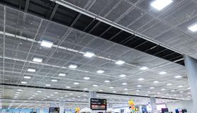 007 - Zona de espera del terminal de aeropuerto del techo de la perspectiva fotos de archivo libres de regalías