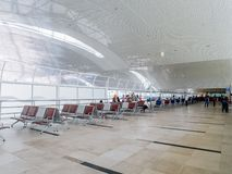 Zona de espera espaciosa del aeropuerto en la segunda planta foto de archivo