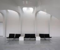 Zona de espera interior de las sillas vacías Imagen de archivo libre de regalías