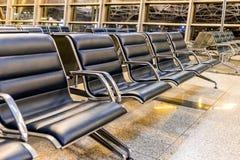 Zona de espera vacía del terminal de aeropuerto con las sillas en la noche, concepto del viaje foto de archivo libre de regalías